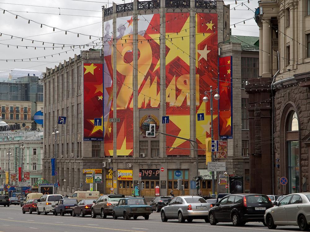 """Moskau/Russische Foederation, RUS, 07.05.2008: Moskau ruestet sich zur groessten Militaerparade  in Russland seit Ende der Sowjetunion 1991. An der Prachtstrasse Twerskaja, von der an am 9.Mai 2008 Panzer und Interkontinentalraketen auf den Roten Platz rollten, verkleiden 15 Meter hohe Kulissen mit der Aufschrift """"9.Mai"""" ganze Haeuserfassaden.<br /> <br /> Moscow/Russian Federation, RUS, 07.05.2008: Preparations for the Victory Day parade (took place the 9th of May 2008) which showcased military hardware for the first time since the Soviet collapse."""