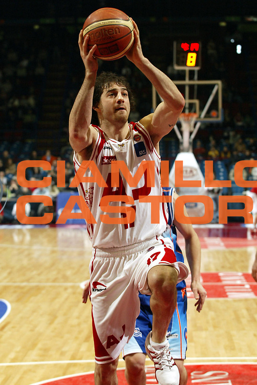 DESCRIZIONE : Milano Lega A1 2005-06 Armani Jeans Milano Vertical Vision Cantu <br />GIOCATORE : Calabria<br />SQUADRA : Armani Jeans Milano<br />EVENTO : Campionato Lega A1 2005-2006<br />GARA : Armani Jeans Milano Vertical Vision Cantu<br />DATA : 12/02/2006<br />CATEGORIA : Tiro<br />SPORT : Pallacanestro<br />AUTORE : Agenzia Ciamillo-Castoria/S.Ceretti<br />Galleria : Lega Basket A1 2005-2006<br />Fotonotizia : Milano Campionato Italiano Lega A1 2005-2006 Armani Jeans Milano Vertical Vision Cantu<br />Predefinita :