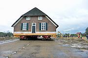 Nederland, Lent, 1-11-2012Vandaag werd de monumentale boerderij uit 1850 van weervrouw Margot Ribbering en haar man 800 meter verplaatst.De boerderij staat in het trace van de weg naar de nieuwe stadsbrug, de Oversteek, van Nijmegen.Een gespecialiseerd bedrijf zette het pand op wielen en stapvoets ging het naar een nieuw adres.Foto: Flip Franssen/Hollandse Hoogte
