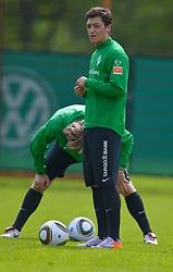 11.05.2010, Platz 5, Bremen, GER, 1.FBL, Werder Bremen Training, im Bild Clemens Fritz ( Werder  #08) Mesut Özil / Oezil ( Werder  #11 )    EXPA Pictures © 2010, PhotoCredit: EXPA/ nph/  Kokenge / SPORTIDA PHOTO AGENCY