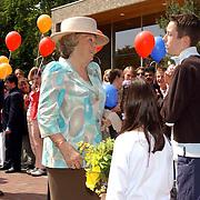 NLD/Huizen/20050601 - Koninging Beatrix verricht de officiële opening nieuwe schoolgebouw Visio Huizen, ontvangst