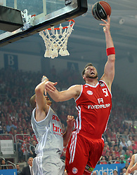 06.06.2013, Stechert Arena, Bamberg, GER, 1. BBL, 5. Playoff Halbfinale, Brose Baskets Bamberg vs FC Bayern Muenchen, im Bild Jared Homan (51, FC Bayern Muenchen) gegen Maik Zirbes (33, Brose Baskets Bamberg) // during the 5th playoff semifinal match of germans 1st basketbal Bundesliga between Brose Baskets Bamberg and FC Bayern Munich ath the Stechert Arena, Bamberg, Germany on 2013/06/06. EXPA Pictures &copy; 2013, PhotoCredit: EXPA/ Eibner/ Hans Martin Issler<br /> <br /> ***** ATTENTION - OUT OF GER *****