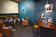 Nederland, Nijmegen, 1-10-2014De nieuwe poptempel van Nijmegen wordt vandaag officieel in gebruik genomen. Burgemeester Hubert Bruls houdt een praatje, en tweede generatie Doornroosje verhuist symbolisch in een fles de geest van de oude locatie naar de nieuwe. Met optredens van o.a. De Staat en Going back to the zoo. Doornroosje begon in 1970 als alternatief jongerencentrum en groeide uit tot een van de meest toonaangevende podia van Nederland voor popmuziek en vernieuwende moderne muziek. Het nieuwe complex is bekostigd doordat erboven door de SSHN studentenflats en studentenkamers gebouwd zijn. De jaren zestig kleedkamer, artiestenruimte, van vormgeefster Jet Westbroek.FOTO: FLIP FRANSSEN/ HOLLANDSE HOOGTE