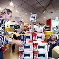 Nederland, Amsterdam , 19 juli 2011..De nieuwe opzet van Kijkshop.nl..De klant komt binnen en loopt via de z.g. Catwalk (op de foto in dit geval langs de dozen met Bestron magnetrons) richting kassa. Op de catwalk worden allerlei producten aangeprezen die de klant moeten prikkelen..Foto:Jean-Pierre Jans