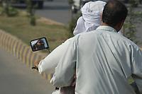 19 OCT 2001, ISLAMABAD/PAKISTAN:<br /> Mopedfahrer auf einer Hauptstrasse von Islamabad<br /> IMAGE: 20011019-02-045<br /> KEYWORDS: Motorrad, Motorradfahrer, Turban