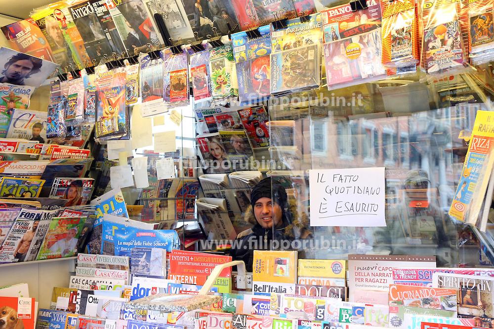 GIORNALE IL FATTO QUOTIDIANO ESAURITO IN EDICOLA A CAUSA DELLA VENDITA IN ALLEGATO DELL'ULTIMO NUMERO DEL QUOTIDIANO SATIRICO FRANCESE CHARLIE HEBDO <br /> FERRARA 14-01-2015<br /> FOTO FILIPPO RUBIN