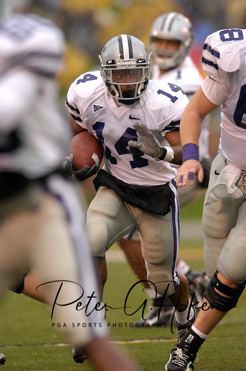 Kansas State running back Leon Patton (14) looks for running room against Missouri at Faurot Field in Columbia, Missouri, October 21, 2006.  The Tigers beat the Wildcats 41-21.<br />