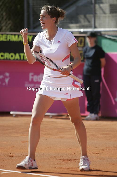 Fed Cup Germany - Croatia , ITF Damen Tennis Turnier in Fuerth, Wettbewerb der Mannschaft von Deutschland gegen Kroatien, Andrea Petkovic (GER)macht die Faust, Jubel, Emotion,<br />Foto: Juergen Hasenkopf<br />B a n k v e r b.  S S P K  M u e n ch e n, <br />BLZ. 70150000, Kto. 10-210359,<br />+++ Veroeffentlichung nur gegen Honorar nach MFM,<br />Namensnennung und Belegexemplar. Inhaltsveraendernde Manipulation des Fotos nur nach ausdruecklicher Genehmigung durch den Fotografen.<br />Persoenlichkeitsrechte oder Model Release Vertraege der abgebildeten Personen sind nicht vorhanden.