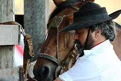 Gaúcho e seu cavalo na estrebaria durante o 12 Rodeio Internacional do Mercosul, um dos maiores eventos do gênero. FOTO: Jefferson Bernardes/Preview.com