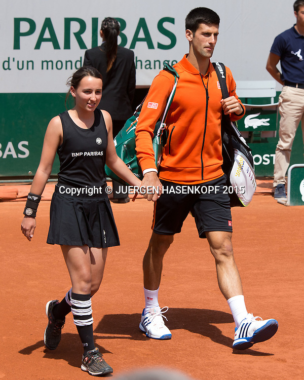 Novak Djokovic (SRB), kommt auf den Centre Court mit Ballm&auml;dchen an der Hand, Herren Finale<br /> <br /> Tennis - French Open 2015 - Grand Slam ITF / ATP / WTA -  Roland Garros - Paris -  - France  - 7 June 2015.