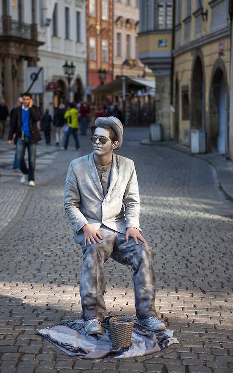 Ein Strassen Künstler vor dem Altstädter Rathaus in Prag.