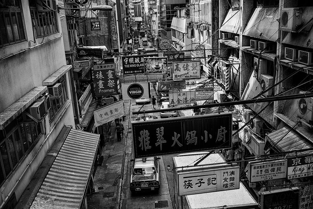 Hong Kong | 05.05.2017: Hong Kong <br /> <br /> hier: Werbetafeln &uuml;ber einer Gesch&auml;ftsstra&szlig;e<br />  <br /> Sascha Rheker<br /> 20170505<br /> <br /> [Inhaltsveraendernde Manipulation des Fotos nur nach ausdruecklicher Genehmigung des Fotografen. Vereinbarungen ueber Abtretung von Persoenlichkeitsrechten/Model Release der abgebildeten Person/Personen liegt/liegen nicht vor.]