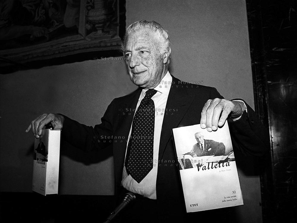 """Roma 1983 .Roma  Gianni Agnelli  presenta il libro """"VALLETTA""""   di Pietro Bairati.   .Roma Gianni Agnelli, the book presents """"VALLETTA"""" by Pietro Bairati. 1983"""