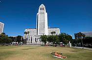 6月15日,在美国加利福尼亚州洛杉矶,一名男子在市中心的大公园草地上晒日光浴。当日, 加州迎来今年夏天第一个热浪,山区、沙漠、谷区和大城市,气温将飙升破90度至100度,而且将持续数天之久。热浪将使全州气温超过正常温度12至18度,因此气象专家呼吁加州民众留在室内,保持凉爽,避免热相关疾病上身。新华社发(赵汉荣摄)<br /> A man sunbaths on the grass at Grand Park in downtown Los Angeles, the United States Thursday June 15, 2017. Temperatures are expected to climb 12 to 18 degrees above normal this weekend through at least the middle of next week, according to the National Weather Service.  Forecasters warned area residents to protect themselves and those close to them from the conditions by dressing light, drinking plenty of water, restricting the time spent in the sun. (Xinhua/Zhao Hanrong)(Photo by Ringo Chiu)<br /> <br /> Usage Notes: This content is intended for editorial use only. For other uses, additional clearances may be required.