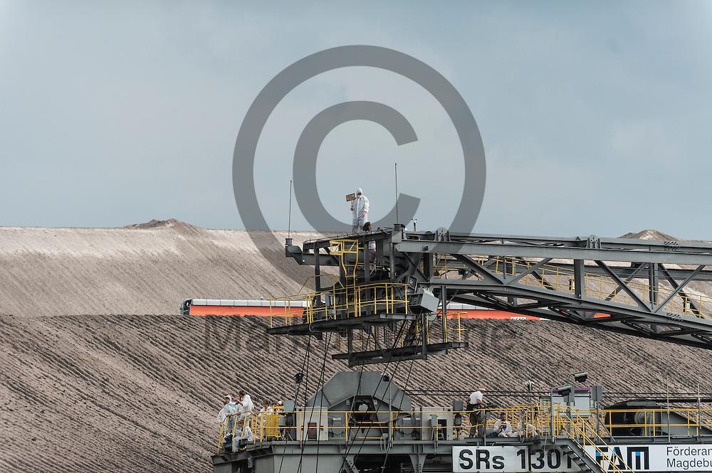 Aktivsten die am 13.05.2016 im Braunkohlentagebau Welzow-S&uuml;d bei Welzow, Deutschland einen Bagger besetzt haben stehen auf einem Ausleger. Mehrere Tausend Aktivisten haben den  Braunkohlentagebau blockiert um gegen die Nutzung von fossilen Brennstoffen zu protestieren. Foto: Markus Heine / heineimaging<br /> <br /> <br /> ------------------------------<br /> <br /> Ver&ouml;ffentlichung nur mit Fotografennennung, sowie gegen Honorar und Belegexemplar.<br /> <br /> Bankverbindung:<br /> IBAN: DE65660908000004437497<br /> BIC CODE: GENODE61BBB<br /> Badische Beamten Bank Karlsruhe<br /> <br /> USt-IdNr: DE291853306<br /> <br /> Please note:<br /> All rights reserved! Don't publish without copyright!<br /> <br /> Stand: 05.2016<br /> <br /> ------------------------------<br /> <br /> ------------------------------<br /> <br /> Ver&ouml;ffentlichung nur mit Fotografennennung, sowie gegen Honorar und Belegexemplar.<br /> <br /> Bankverbindung:<br /> IBAN: DE65660908000004437497<br /> BIC CODE: GENODE61BBB<br /> Badische Beamten Bank Karlsruhe<br /> <br /> USt-IdNr: DE291853306<br /> <br /> Please note:<br /> All rights reserved! Don't publish without copyright!<br /> <br /> Stand: 05.2016<br /> <br /> ------------------------------