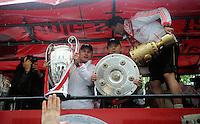 FUSSBALL TRIPELPARTY  SAISON  2012/2013  02.06.2013 Champions Party des FC Bayern Muenchen nach dem Gewinn des DFB Pokal und Triple.  Das Team feiert auf einer Buss-Tour durch die Muenchner Innenstadt, von der Muenchner Freiheit bis zum Marienplatz den historischen Gewinn des CHL Pokal, des Meisterschaft und DFB Pokal  Mia san Tripel, Super Bayern; Trainer Jupp Heynckes mit CHL Pokal, Anatoliy Tymoshchuk mit Meisterschale und Mario Mandzukic mit DFB Pokal (v.li.)