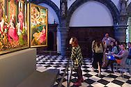 Belgie, Brugge, 20140606.<br /> Studenten kunstgeschiedenis luisteren naar de uitleg van de docent in het Memling in Sint-Jan museum. Ze kijken naar het Het Johannesretabel. Een triptiek rond Johannes de Doper.<br /> Het Memling in Sint-Jan museum is gesitueerd in het Oud Sint-Janshospitaal in het centrum van Brugge.<br /> <br /> Belgie, Brugge, 20140606.<br /> Art history students listen to the explanation of the teacher in the Memling Museum in Saint John. They look at John's Altarpiece. A triptych about John the Baptist<br /> The Memling Museum in Saint John is located in Old St. John's Hospital in the center of Bruges.<br /> <br /> <br /> Emerson College Summer course 2014