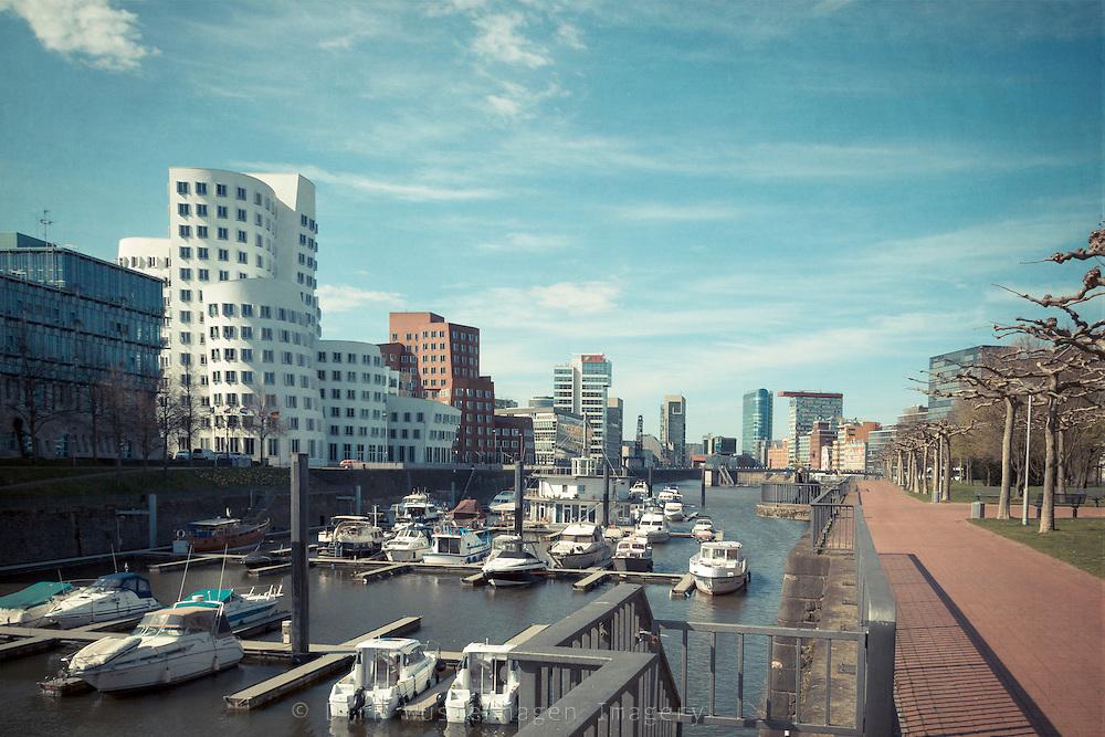 Medienhafen Düsseldof mit Bootem, Düsseldorf, Deutschland