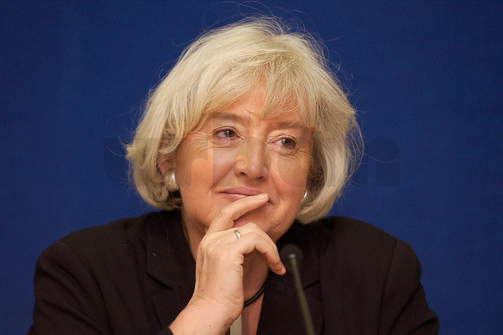 10 FEB 2004, BERLIN/GERMANY:<br /> Renate Schmidt, Bundesfamilienministerin, waehrend einer Pressekonferenz, Presseclub, Haus der Bundespressekonferenz<br /> IMAGE: 20040210-01-001