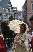 Deutschland, Germany,Hessen, Rheingau.Hessen, Rheingau.Sektfest in Eltville: Biedermeier-Umzug, Frau im Biedermeierkostüm....