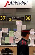 BARCELONA SPAIN Dec/17/06.The Spanish charter airline Air Madrid shows papers complain at the departure hall of the ?El Prat? airport in Barcelona, Spain on December 17, 2006. The Spanish charter airline Air Madrid, faced with the loss of its license because of repeated flight delays, said Friday it was immediately suspending operations (Photo by IPAPHOTO.COM)..BARCELONA - ESPAÑA Dic/17/06.Carteles con insultos en la ventanilla de la compania española Air MAdrid en el aeropuerto de ?El Prat? en Barcelona, hoy, 17 de diciembre de 2006. La línea aérea española Air Madrid perdió su licencia de vuelo a causa de los repetidos retrasos en sus vuelos. (Photo by IPAPHOTO.COM)