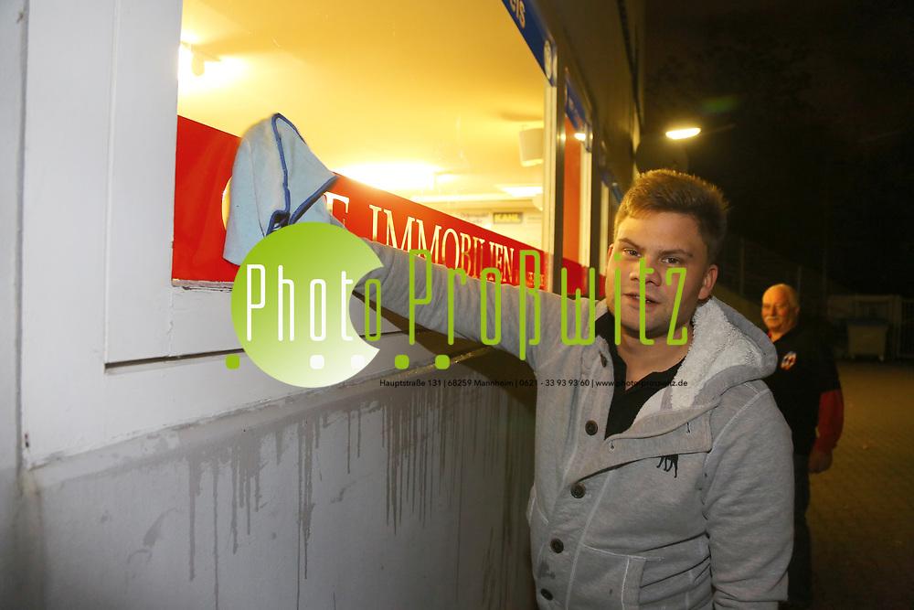 Mannheim. 08.01.18 | <br /> Fasnacht. Feuerio sucht nach einem passenden Prinzen für die Kampagne 2018. Am Samstag soll er beim Weißen Ball inthronisiert werden.<br /> - Inkognito. Prinz Marcus putzt die Scheiben beim VfR.<br /> Bild: Markus Prosswitz 08JAN18 / masterpress (Bild ist honorarpflichtig - No Model Release!) <br /> BILD- ID 00399 |