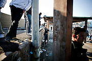 LAMPEDUSA. CLANDESTINI TUNISINI SULLA BACNHINA DEL PORTO DI LAMPEDUSA DOPO UNO SBARCO;