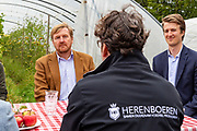 Koning brengt een werkbezoek aan de coöperatie Herenboeren Wilhelminapark in Boxtel.<br /> <br /> Koning pays a working visit to the Herenboeren Wilhelminapark cooperative in Boxtel.