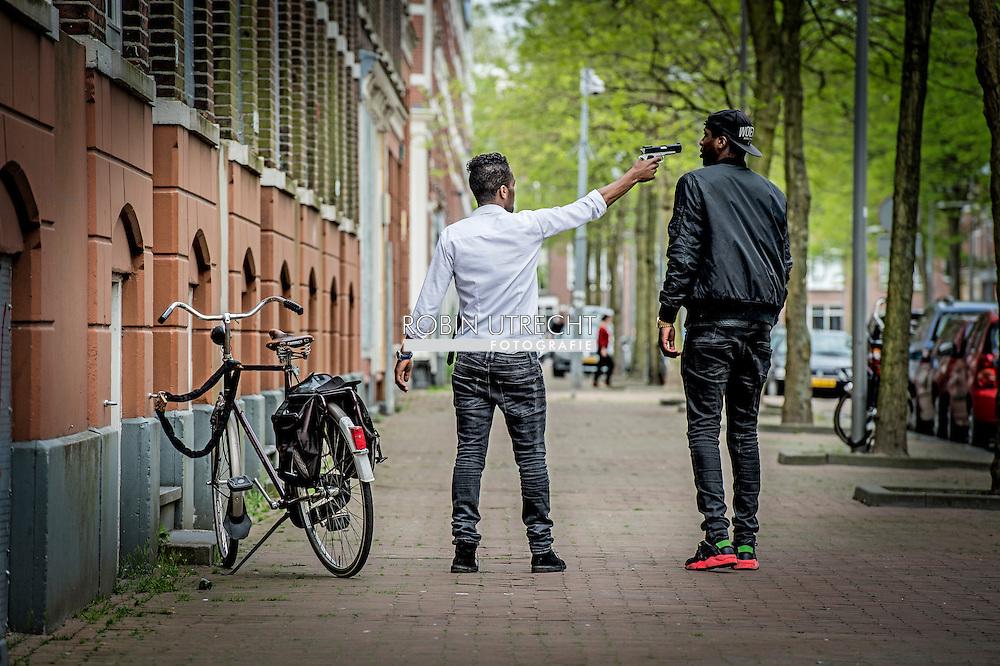 ROTTERDAM - Blowende hangjongeren hangen rond een een achterbuurt in Rotterdam met een wapen en intimideren de buurt en verzorgen overlast. COPYRIGHT ROBIN UTRECHT
