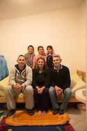 Ivan (6) und Katarina (4) mit den Eltern und<br /> Gro&szlig;eltern in der KIRCHEN KATE. Um alle<br /> aufs Foto zu bekommen, musste Mauricio<br /> Bustamante sich auf die Toilette zurückziehen.