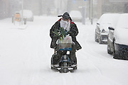 In de Utrechtse wijk Pijlsweerd ploegt een man op een scootmobiel door de sneeuw.<br /> <br /> A man is riding with his scooter in the snow.