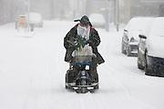 In de Utrechtse wijk Pijlsweerd ploegt een man op een scootmobiel door de sneeuw.<br /> <br /> A man is riding with his scooter in the snow.