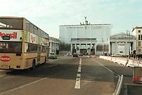 08 JAN 2001, BERLIN/GERMANY:<br /> Brandenburger Tor, waehrend Renovierung mit T-Online Werbung verhuellt, mit Doppeldeckerbus<br /> IMAGE: 20010108-01/01-36
