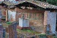 Le long du cours Vittorio Emmanuele II. <br /> Aera Sacra Argentina.<br /> e Largo di Torre Argentina est une vaste place rectangulaire, située à Rome sur le corso Vittorio Emanuele, dans le quartier historique du Champ de Mars, presque entièrement occupée par un complexe archéologique comprenant quatre temples romains de l'époque républicaine.