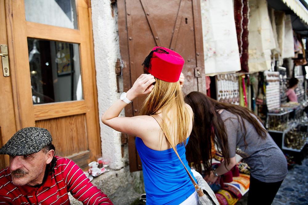 Il Ponte Vecchio, Mostar, Bosnia-Erzegovina, 2012<br /> <br /> 25 maggio, 2004<br /> Una volta lasciata Dubrovnik, il paesaggio architettonico ha cominciato a cambiare: case lasciate a se stesse, case portate fino al tetto poi ferme li da chiss&agrave; quanto tempo, stazioni desolate (...) In prossimit&agrave; di Mostar tutto si intensifica. Le case diventano quartieri, circondati da campi accessibili solo da strade sterrate piene di bambini che giocano tra la polvere. Si entra in citt&agrave;, si prosegue e in cuor mio mi dico ' dimmi che non &egrave; quest&agrave; e poi 'si, fa che sia quest&agrave; Mostar &egrave; un groviglio di rovine, di umili negozi e di gente modesta.