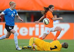 20-05-2015 NED: Nederland - Estland vrouwen, Rotterdam<br /> Oefeninterland Nederlands vrouwenelftal tegen Estland. Dit is een 'uitzwaaiwedstrijd'; het is de laatste wedstrijd die de Nederlandse vrouwen spelen in Nederland, voorafgaand aan het WK damesvoetbal 2015 / Danielle van de Donk #11, Eshly Bakker #1, Anete Paulus #6