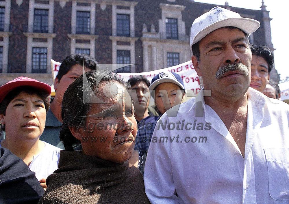 Toluca, Méx.- Habitantes del poblado de Tlacotepec se manifestaron frente a Palacio d Gobierno en demanda de regulación de uso de suelo y apoyos para conservar la zona ecologica. Agencia MVT / Mario Vázquez de la Torre.