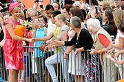 Zijne Majesteit Koning Willem-Alexander en Hare Majesteit Koningin M&aacute;xima bezoeken de provincie Flevoland. Koning en Koningin  bij het Stadhuisplein van Lelystad en ontmoeten Multiculturele groepen in klederdracht<br /> <br /> His Majesty King Willem-Alexander and M&aacute;xima Her Majesty Queen visits the province of Flevoland.King and Queen at the Town Hall of Lelystad and meet Multicultural groups in costume