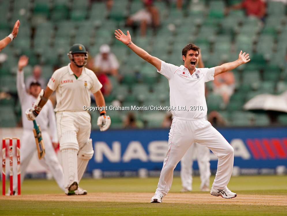 James Anderson appeals in vain for the wicket of Graeme Smith (left) during the fourth and final Test Match between South Africa and England at the Wanderers Stadium, Johannesburg. Photograph © Graham Morris/cricketpix.com (Tel: +44 (0)20 8969 4192; Email: sales@cricketpix.com)