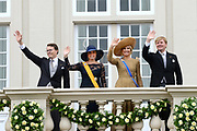Koning Willem-Alexander, koningin Máxima, prins Constantijn en prinses Laurentien groeten het publiek vanaf het bordes van Paleis Noordeinde. <br />