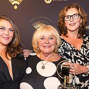 NLD/Hilversum/20170119 - Start inloop 11de Radio Gala 2016, Tineke de Nooij neemt de Marconi Oeuvre Award in ontvangst met haar dochters Tuffy en Sarah-Lee