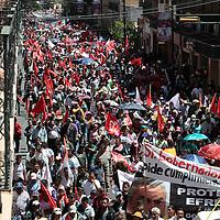Toluca, México.- Alrededor de 7 mil antorchistas marcharon por las principales calles de Toluca exigiendo justicia por los asesinatos recientes de transportistas, cumplimiento de obras, espacios culturales,  apoyos para el campo, entre otras cosas.  Agencia MVT / Crisanta Espinosa