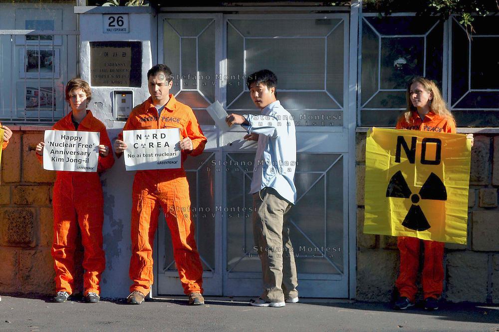 Roma, 8 ottobre 2006  .Manifestazione  di attivisti di Greenpeace davanti all' Ambasciata della Corea del Nord  per protestare contro i test nucleare e per consegnare una lettera di protesta di Greenpeace all'Ambasciatore.  .Il leader della Corea del Nord, Kim Jong-il, sta pianificando di testare armi nucleari nei prossimi giorni, in concomitanza con il 9 ° anniversario della sua leadership del paese..un addetto dell' ambasciata non vuole essere fotografato.Rome October 8 th 2006      .Demonstration  of Greenpeace activists outside the North Korea embassy  to protest against the nuclear test and to deliver a letter of protest of Greenpeace  to the Ambassador.    .The North Korean leader, Kim Jong-il, is planning to test a nuclear weapon during the coming days, to coincide with the 9th anniversary of his leadership of the country.        an employee of 'embassy does not want to be photographed