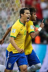 Neymar Jr. comemora com Hernanes gol do Brasil na estréia da Copa do Mundo 2014, na Arena Corinthians, em São Paulo. FOTO: Jefferson Bernardes/ Agência Preview