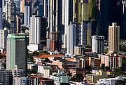 Vista Aerea de la ciudad de Panama, edificada frente a la golfo de Panamá, actualmente cuenta con una construcción de edificios modernos, corredores viales y varios centros comerciales.©Ramón Lepage/Istmophoto.com