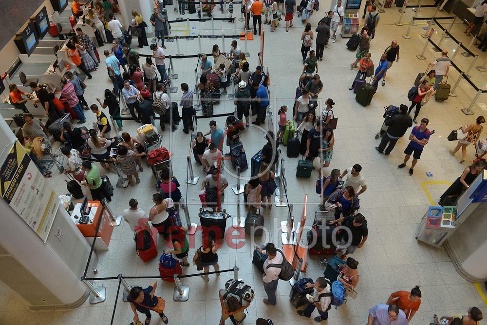 É grande a movimentação de chegada e saída nesta terça-feira (23) dois dias antes do Natal, no aeroporto Santos Dumont, no Centro do Rio. A tendência é haja um aumento ainda maior no fluxo de pessoas nas próximas horas Foto: ERBS JR./Frame
