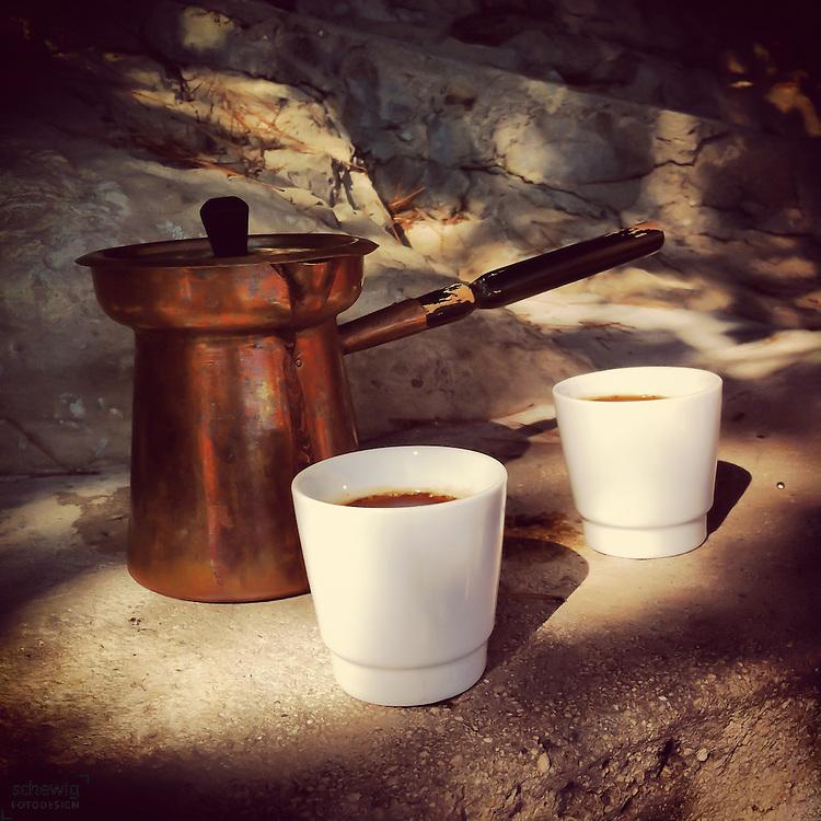 Tuerkische Kaffeekanne mit Tassen im Halbschatten, Brac, Kroatien