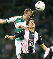Fussball  UEFA Pokal  Halbfinale  Rueckspiel  Saison 2006/2007 Werder Bremen - Espanyol Barcelona              Petri PASANEN (hinten, Bremen) gegen JULIAN (vorn, Barcelona)