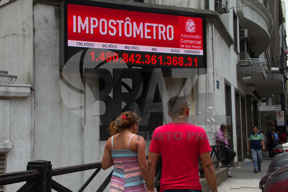 SAO PAULO, SP, 26 DEZEMBRO 2012 - COMPRAS - IMPOSTOS - Com as compras de fim de ano brasileiros quase atinge o valor de Um trilhão e Quinhentos Milhões de impostos pagos até a tarde de hojes. Imagem do Impostometro na regiao central de Sao Paulo na tarde desta quarta-feria(26).(FOTO: AMAURI NEHN / BRAZIL PHOTO PRESS).