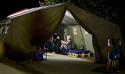 27.09.2015, Grenzübergang, Freilassing, AUT, Fluechtlingskrise in der EU, im Bild Flüchtlinge kommen aus Österreich und warten in einem Militärzelt auf den Weitertransport per Bus // Refugees come from Austria and wait in a military tent on further transport by bus. Thousands of refugees fleeing violence and persecution in their own countries continue to make their way toward the EU, border crossing, Freilassing, Germany on 27.09.2015. EXPA Pictures © 2015, PhotoCredit: EXPA/ JFK